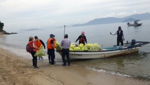 青海苔浦清掃ゴミの積み込み